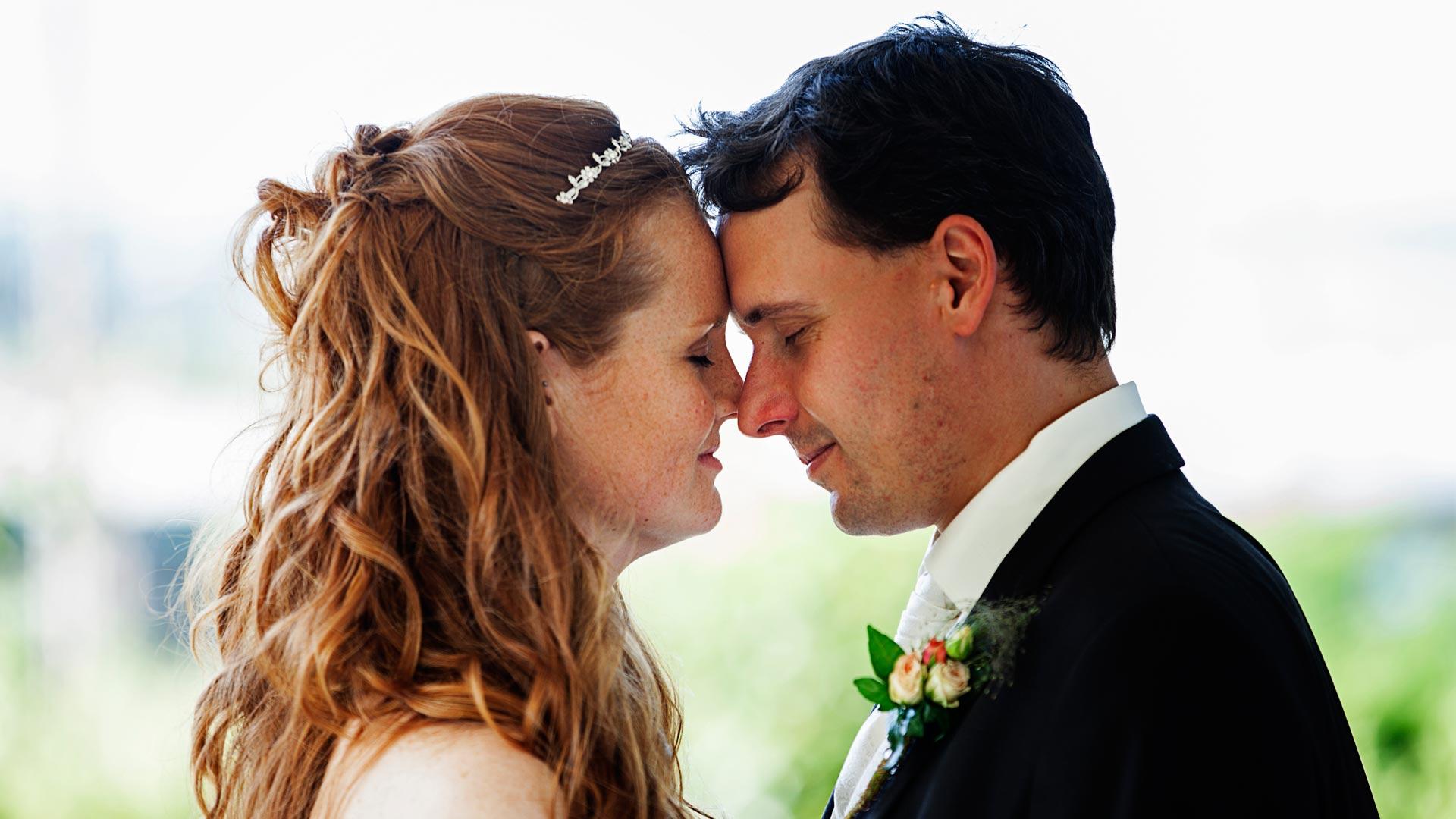 Hochzeitsfotograf NRW Rüdiger Gohr Hochzeitsbilder mit Herz Hochzeitspaar leht mit geschlossenen Augen die Stirn aneinander
